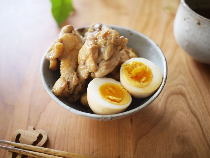 1.卵は茹で卵にする(沸騰した湯に入れてから6分の半熟卵がおすすめ)。 2.ニンニクは包丁の腹でつぶし、ショウガは薄切りにする。 3.A.と2.のニンニクとショウガを鍋(鶏手羽と卵を横にして全てが入る大きさのもの)に入れて沸かす。 4.沸いたら鶏手羽元を入れて、落とし蓋をし...
