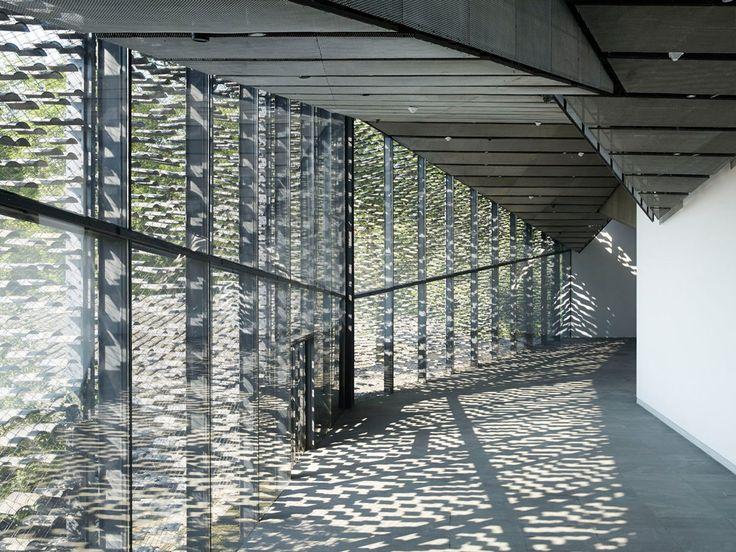 Vista interior. Museo de arte popular de China por Kengo Kuma. Fotografía…