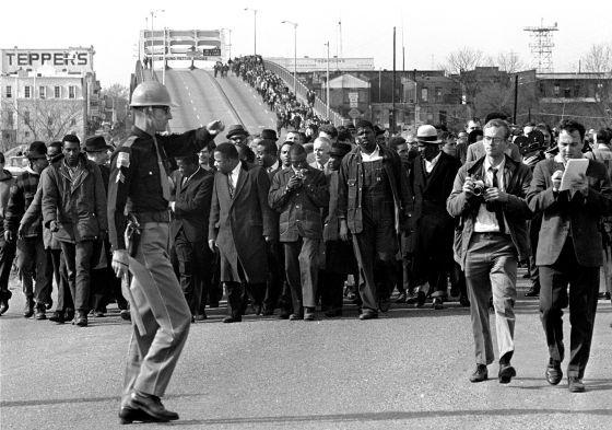 Martin Luther King: Al final del puente. A principios de marzo de 1965, los líderes del movimiento de los derechos civiles, acordaron llevar a cabo una marcha a pie entre Selma y Montgomery para reclamar el derecho al voto delante del capitolio estatal. A la salida de Selma, el puente de Edmund Pettus cruza el río Alabama. Cruzar el puente y el río era el primer paso en el camino hacia Montgomery. El domingo 7 de marzo de 1965, 600 personas vestidas con la misma formalidad que si fueran a la…