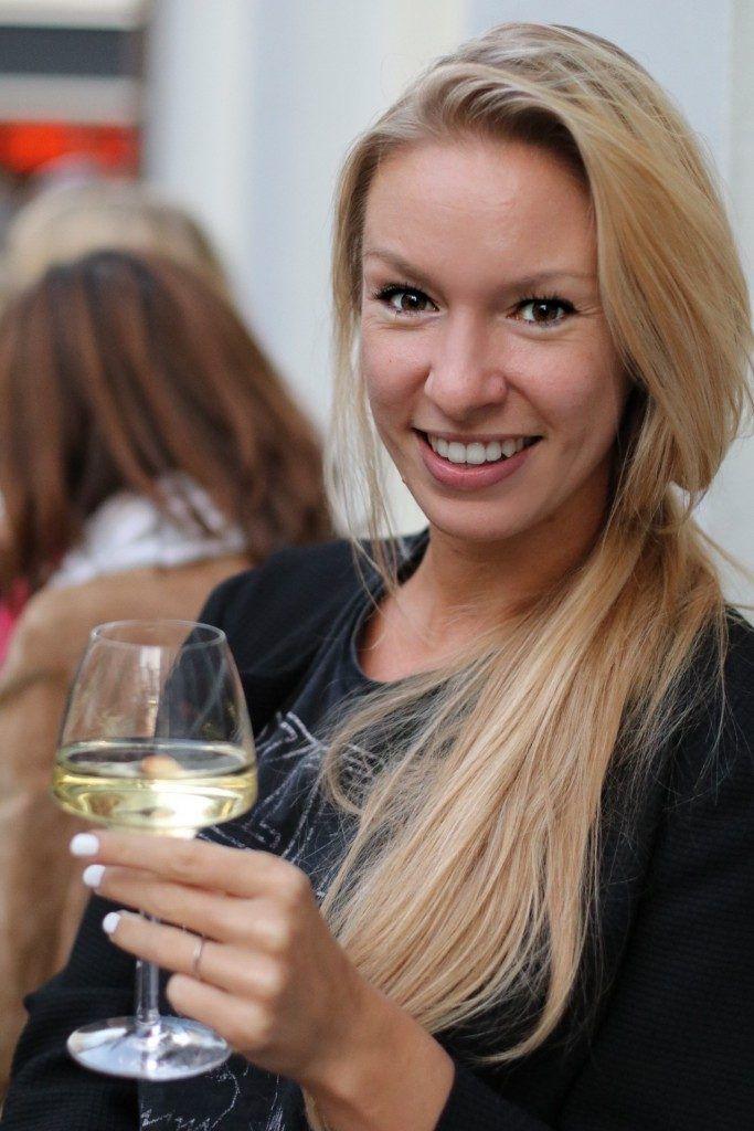 De beste wijnen van de Haarlemmerstraat | Stuyvesant Wijnlokaal, Wijnbar Amsterdam, Winebar Holland, White wine, Witte wijn glazen, Wine glasses, Weekend drinks, Good wine, Blond girl wine
