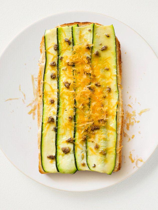 ズッキーニとアンチョビレモントースト/アンチョビと一緒ににんにくやタイムをプラスしたり、仕上げにチリパウダーやバジルの葉をちらしてもGOOD! パンはざっくりした口当たりのイギリスパンが好相性。 #レシピ #elleatable