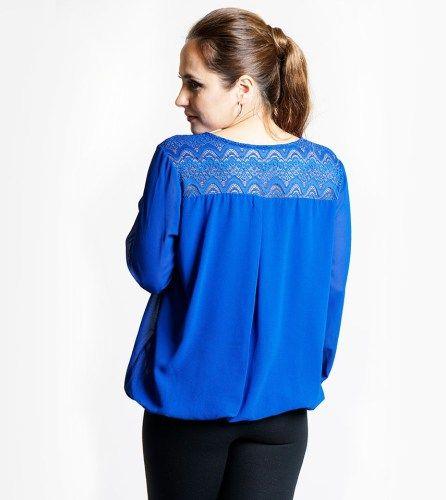 Blusa azul real perfeita para ambientes casuais ou formais. Detalhe de renda nos ombros e pormenor com brilhantes no decote. De corte largo e ajustado na cintura, esta blusa de manga comprida é ideal para te sentires confortável e bonita.