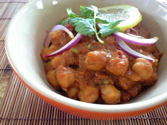 チャナマサラ(ひよこ豆のカレー)(MellowFood)のレシピです。ポクポクの食感が美味しい、ひよこ豆のインドカレーです。スパイスを配合して、香り高く仕上げます。 材料:ヒヨコ豆缶詰 、トマト水煮缶 、玉ねぎ     、ジャガイモ   …