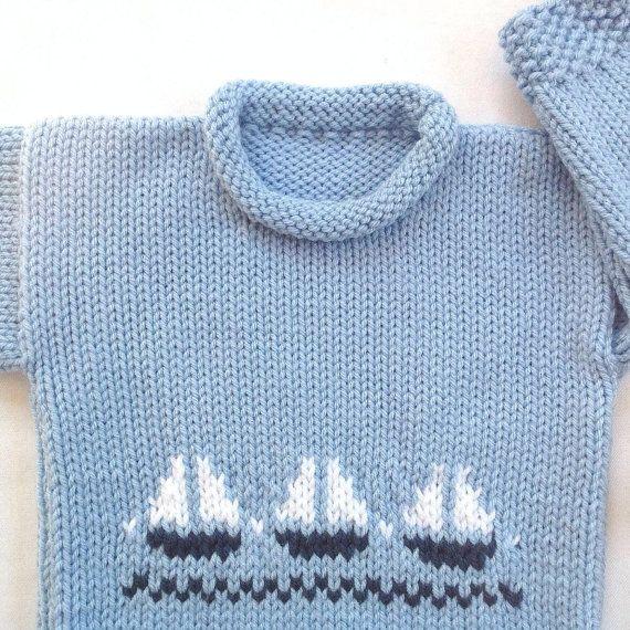 Âge de 6 à 12 mois. C'est tel un mignon petit garçon pull pour bébé! Tricoté dans une nuance de bleu clair, le pull a motifs de voilier, en bleu marine et blanc, sur le bas du devant. Il a un mode roulé décolleté et un joli point sur le bord inférieur et les poignets. Les mesures sont en dessous.  Jai tricoté ce petit pull en entretien facile, poids moyen, laine acrylique. cool de lavage machine, cycle délicat et court linge sec, faible chaleur. Sinon, lavage à la main et séchage à plat…