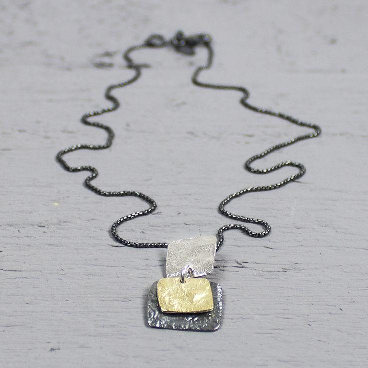 Dit collier van 925 geoxideerd sterling zilver, draagt een prachtige hanger van zilver, zilver verguld G14K en geoxideerd zilver.