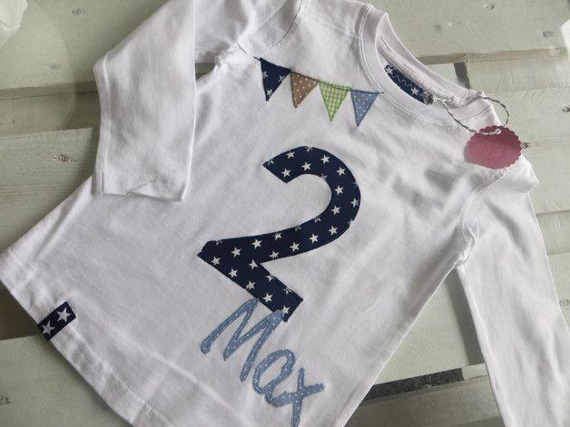 Selbst appliziertes Geburtstags-/Zahlenshirt mit Namen in Schreibschrift. Die Stoffe von der Zahl und dem Namen kann man sich raussuchen, habe ganz viele schöne Stoffe vorrätig. **Gerne...