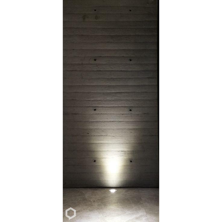 Las texturas en la arquitectura pueden mantenerse las 24 horas del día con apoyo de la luz artificial. #concreto #concreteporn #concrete #texturas #iluminacion #lightning