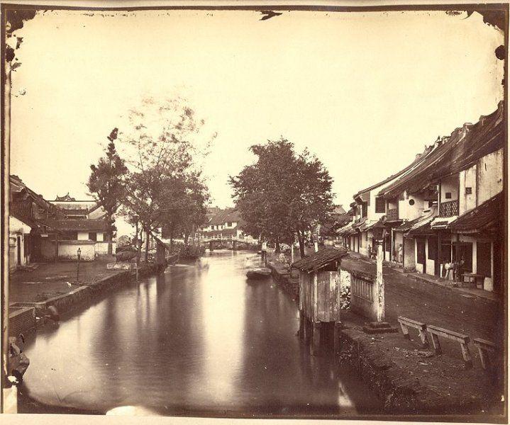 Toko Tiga van het Chineese Kamp te Batavia circa 1900.