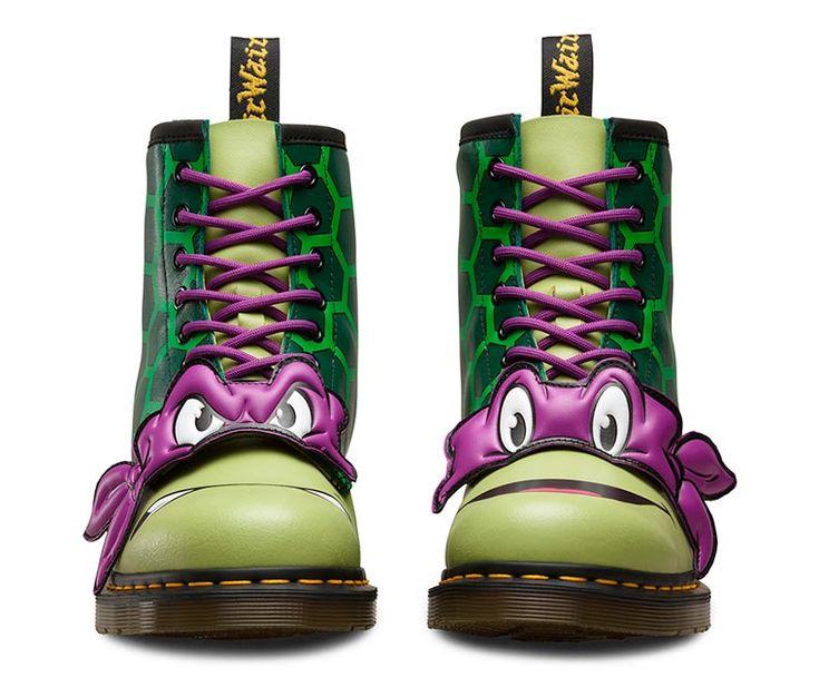 La célèbre marqueDr.Martens, quiest une entreprise britannique spécialisée dans les chaussures à semelle coussin, d'air rend hommage auxTMNT(Lestortues Ninjas)avec sa toute nouvelle série de chaussures.La marque vient de sortirquatrepaires différentes aux thèmes deRaffaelo, Michelangelo, Leonardo et Donatello.Vous pourrezretrouverces magnifiques chaussures sur le site deDR.Martens! Admirez cette nouvelle collection :