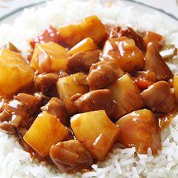 Roer de bloem, peper, zout door elkaar in een afsluitbare bak en doe de stukjes kip erbij. Schud de afgesloten bak goed door zodat de kip helemaal bedekt is met de bloem. Verhit de olie in een wok en bak de stukjes kip, onder geregeld omscheppen, snel aan alle kanten bruin. Schep de kip uit de pan en leg dit op een stukje keukenpapier om uit te lekken.  Bak de wortel en paprika en doe even later de prei erbij. De ananasschijven uit laten lekken, sap opvangen, niet weggooien. ananas in kleine…