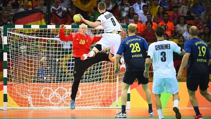 Der deutsche Handball-Spieler Tobias Reichmann (M., Nr. 9) trifft gegen Schweden. © dpa - Bildfunk Fotograf: Marijan Mura
