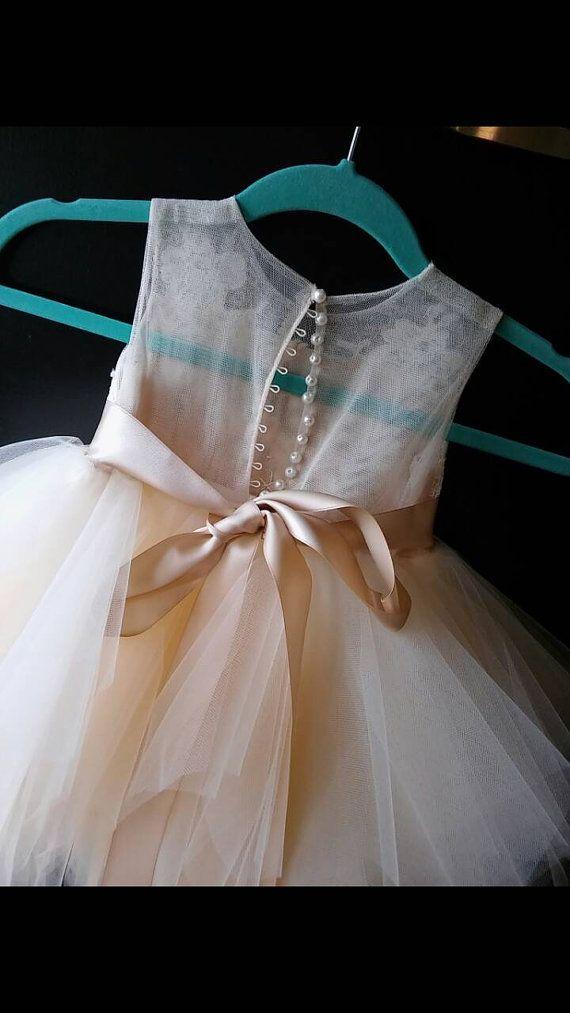 flor chica vestido de 'Bianca' con hoja de diamante de