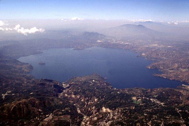 Vue aérienne du lac Ilopango.