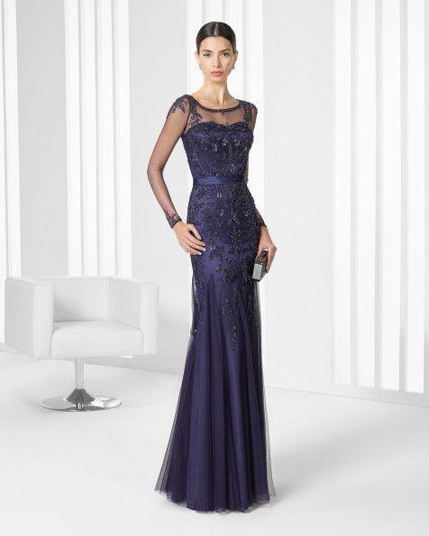 Vestido de tule sedoso com brilhantes e transparência. Disponível em bege, alfazema e azul-marinho.