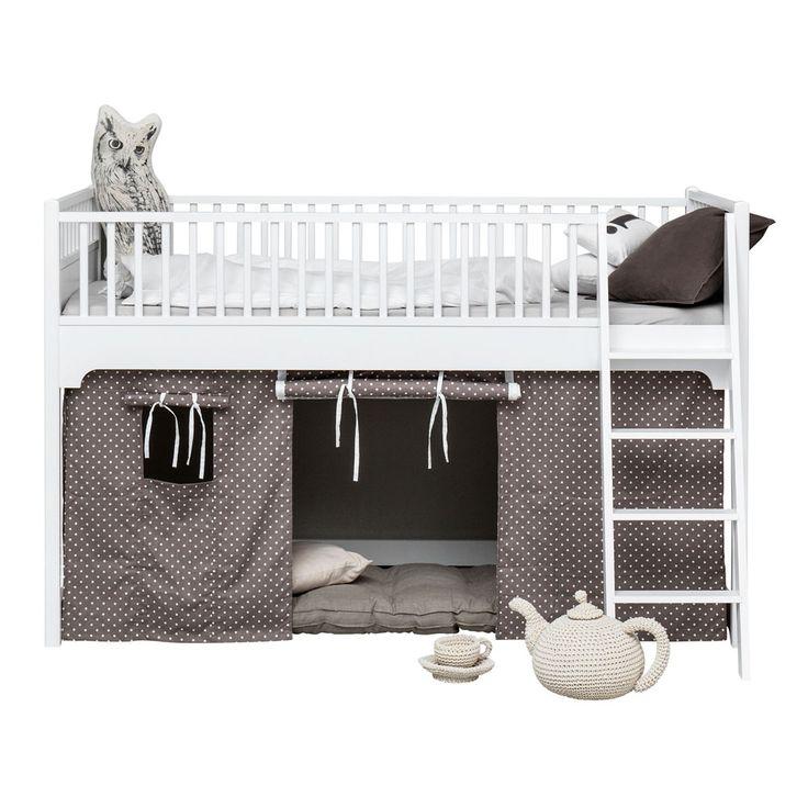 Seaside en halvhög loftsäng från danska Oliver Furniture utgör en praktisk lösning på det ständiga utrymmesproblemet. Under sängen kan barnen leka och förvara sina många saker. Loftsängen ger även en mysig känsla till barnrummet. Under sängen kan barnen bygga en koja, med några kuddar på golvet skapar du en mysig läshörna och på natten kan en kompis sova över på en madrass. Sängen är tillverkad i lackad massiv björk och MDF, båda FSC-certifierade. Draperi och madrass ingår ej.