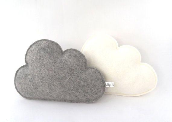 Deze schattige wolkjes zorgen voor een lieve sfeer uw in kamer! Zijn gemaakt van 100% wolvilt, in de kleuren ivoorwit en grijs.  Grootte per wolkje: