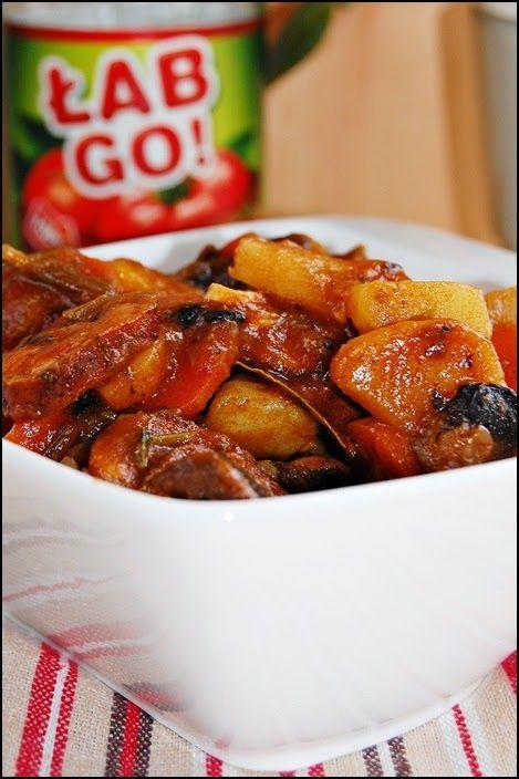 Gulasz warzywny z kiełbasą i sokiem pomidorowym