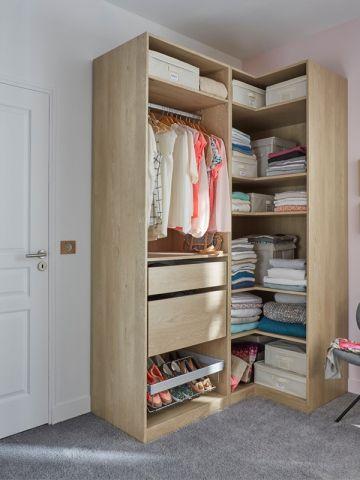 L'aménagement : Comme le précédent, ce dressing vient se caler dans un angle. De dimension beaucoup plus réduite, il est idéal dans un petit espace. Le plus déco : Les tiroirs fermés qui ... #maisonAPart