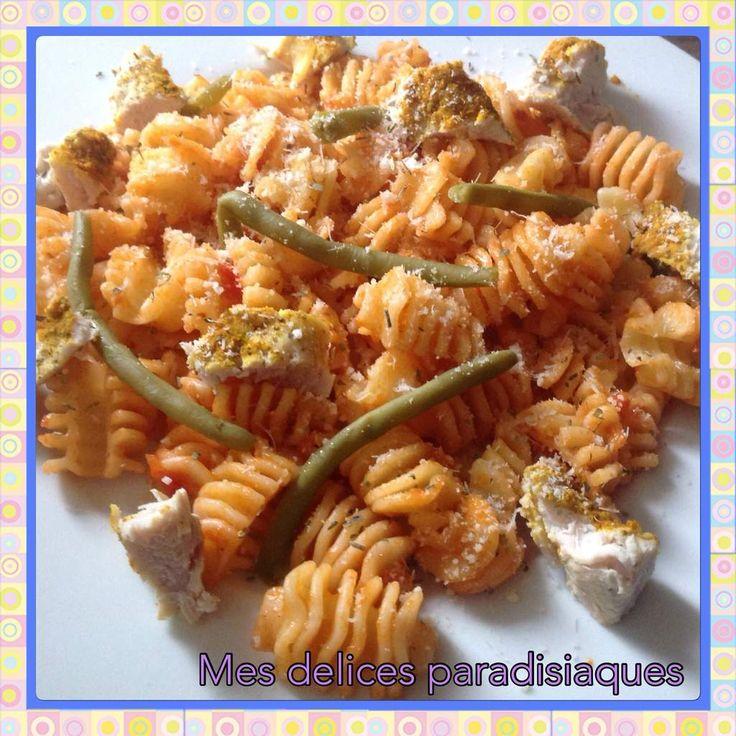 Garofalos a la tomate, haricots verts et morceaux de poulet vapeur au parmesan