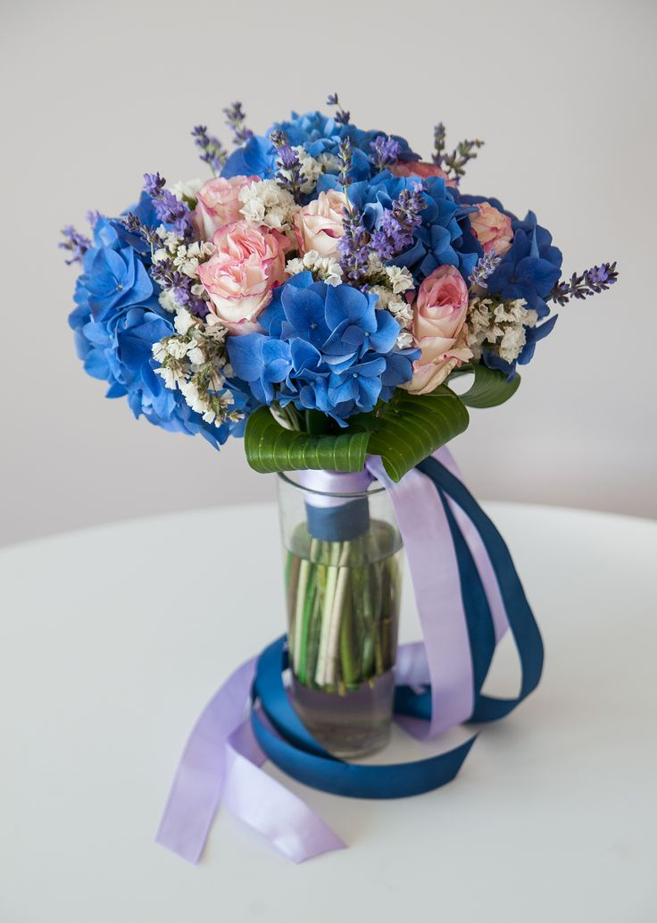 букет невесты из розовых голландских роз, свежей лаванды, статицы и голубой гортензии