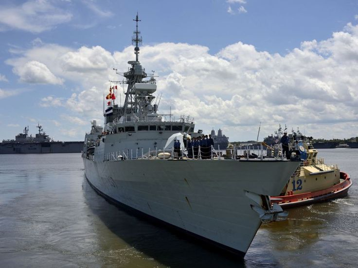 Her Majesty's Canadian Ship FREDERICTON (FFH 337) is assisted by a harbour tugboat as the ship departs Mayport Naval Station in Jacksonville, Florida during Fleet Ex on August 18, 2014.   Photo: Cpl Eric Girard, Canadian Forces Combat Camera  Un bateau remorqueur aide le Navire canadien de Sa Majesté FREDERICTON (FFH337) à quitter la station navale de Mayport, à Jacksonville (Floride), le 18 août 2014, pendant un exercice de la flotte.    Photo : Cpl Eric Girard, Caméra de combat des Forces…