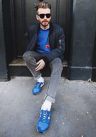 青スニーカー×青セーターの着こなし(メンズ)   Italy Web