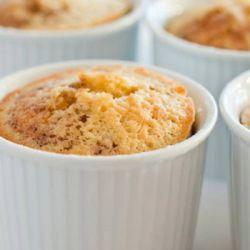BOLO DE CANECA DE CENOURA DIET/LIGHT :  1 ovo Meia cenoura média  1 colher (sopa) de multi adoçante (para forno e fogão)  1 pitadinha de sal  3 colheres (sopa) de leite  3 colheres (sopa) de óleo  1 colher (sopa) de amido de milho  3 colheres (sopa) de farinha de trigo  1 colher (café) de fermento em pó.