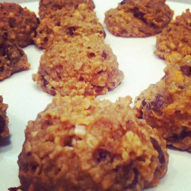 Chunky Monkey no more! Peanut Butter Banana Chocolate Chip Oatmeal Cookies, AKA Skinny Monkey Cookies! No butter, eggs, oils, or sugars.