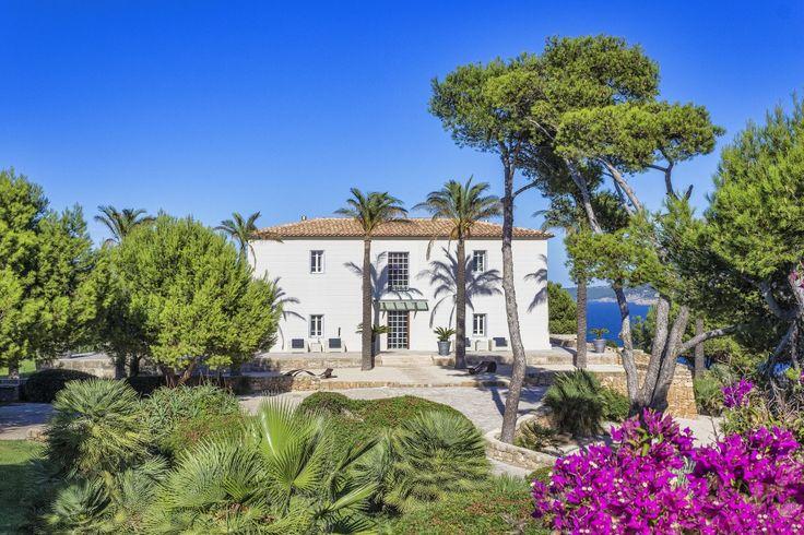 """Castell de Manresa: Prijs op aanvraag! De prachtige landgoed """"Castell de Manresa"""" is gelegen in de prachtige baai van Pollença in het noorden van het eiland. Deze volledig prive landgoed biedt een heerlijke vakantie sfeer en geldt als één van de mooiste en meest fascinerende locaties op de Balearen. Alle gebouwen bieden absolute privacy met…"""