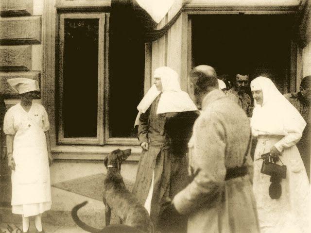 M.S. Regina Maria a Romaniei vizitand un spital