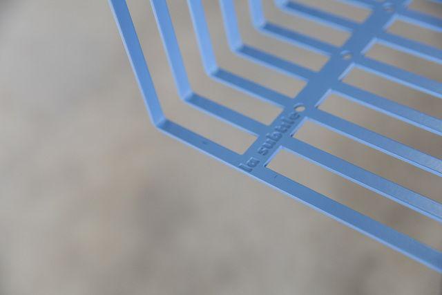 La Bibliothèque de La Subtile est la combinaison de 9 casiers La Subtile. Les points d'attaches multiples des casiers invitent l'utilisateur à concrétiser ses configurations les plus personnelles. L'enchevêtrement des casiers permet un astucieux jeu de lignes et de pers…