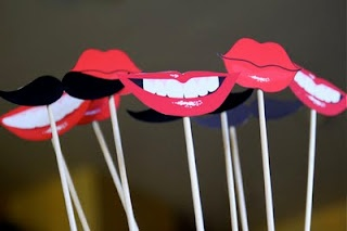 Free photo booth props printable-for Valentine's day photos of the kids. . .add some heart glasses and speech bubbles