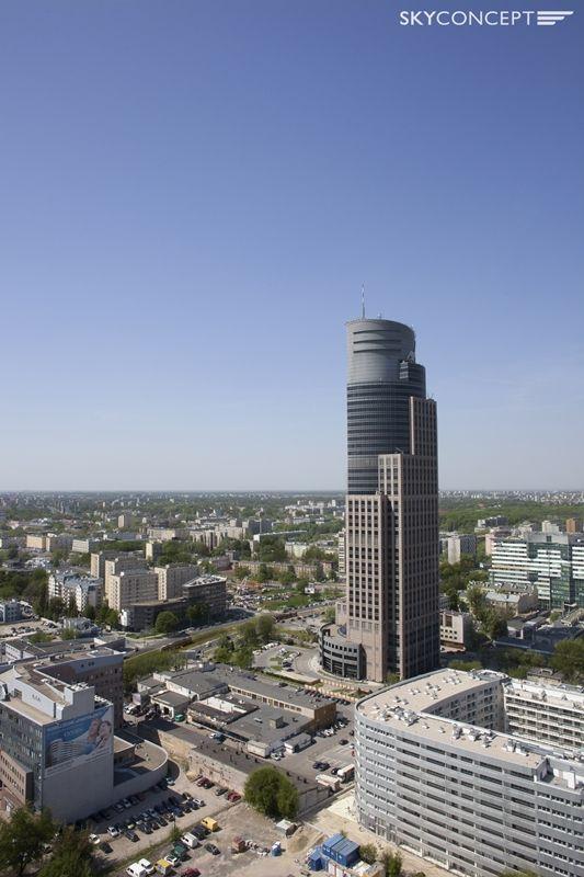 Widok na biurowiec Warsaw Trade Tower.