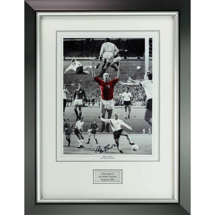 Ondertekend - Sir Bobby Charlton Man Utd & Engeland 66 bekerfinale afdrukken Manchester United  Dit is een authentieke hand ondertekend Sir Bobby Charlton Engeland 1966 bekerfinale ingelijste afdrukken. Grote foto's opgenomen in de weergave van in actie voor Engeland. Algemeen beschouwd als één van de grootste spelers aller tijden. Een lid van het team van Engeland die won de World Cup en Ballon d of voor Europees voetballer van het jaar in 1966. Bijna alle van zijn clubvoetbal speelde hij…