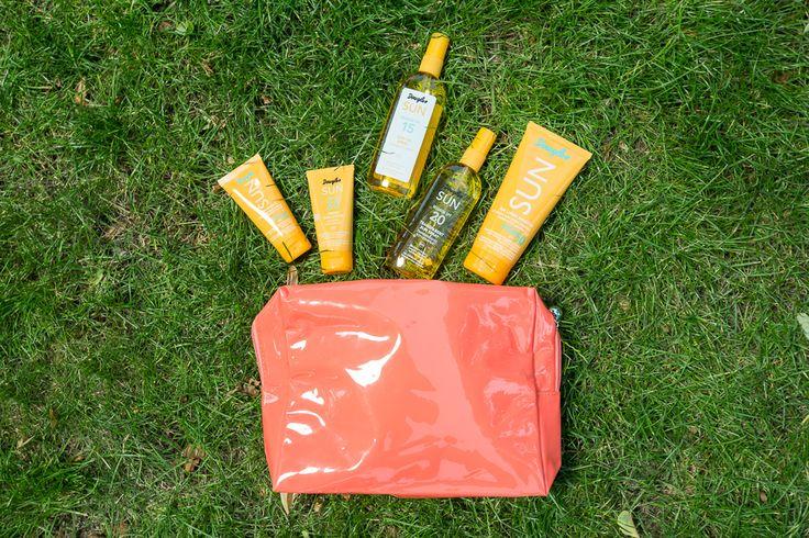 11. Douglas (Atrium 0) - kosmetyczka wraz z produktami do opalania i balsamami pielęgnacyjnymi po opalaniu
