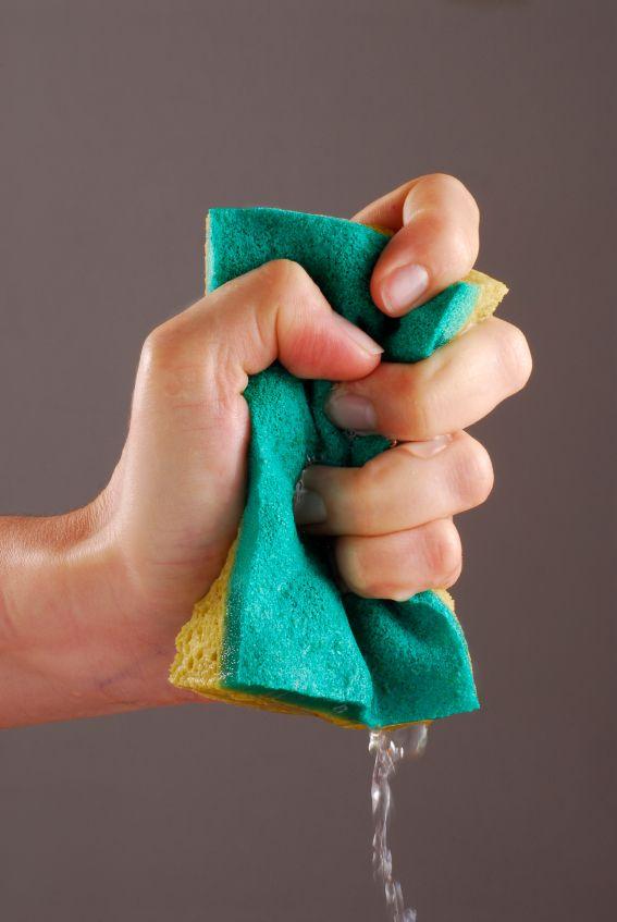 Wusstet ihr schon, dass ihr gebrauchte Spülschwämme einfach in der Waschmaschine waschen könnt, um sie über einen deutlich längeren Zeitraum hinweg nutzen zu können?
