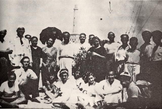 Miguel Hernández en fotografía grupal, aparecen Carmen Conde, Antonio Oliver y María Cegarra, durante una excursión de la Universidad Popular de Cartagena a Cabo de Palos (28 de agosto de 1935)