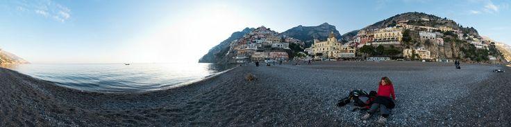 La spiaggia di ciottoli di Positano, Costiera Amalfitana, in versione primaverile.