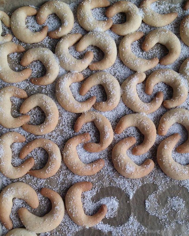 Pieczecie ciasteczka?  U mnie pierwsza blaszka wyszła z piekarnika - Kipferl. To kruche rogaliki migdałowe - niemiecka specjalność adwentowa.#Gotujzdrowo!GutenAppetit!#adwentowepieczenie#adwentoweciasteczka#adwentowesłodkości#kuchnianiemiecka#plätzchen#zumnaschen#weihnachtsplätzchen#domowewypieki#homemade #foodbloger #foodphoto#