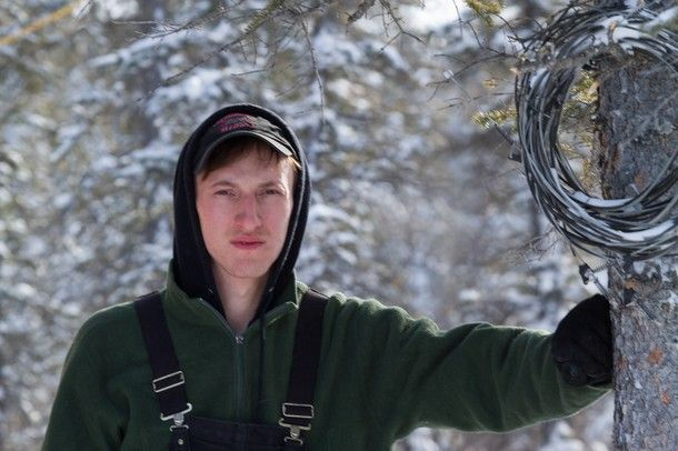 Life Below Zero, Erik Salitan, 28 lives 67 miles north of the Arctic Circle. Erik is an unlikely entrepreneur who owns his own hunting & guiding business., Erik hunts, fly-fishes, traps in the Alaskan bush. Erik is a professional hunter & registered guide in Alaska. Fully self-sufficient, he personally kills every piece of meat he eats and will use the rest of the animal for clothing and tools. Erik came to Alaska at the age of 18 because he did not want to get stuck in a factory job.