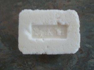 Un shampoing solide tout simple, sans trop de chi chi. Parceque c'est ca la slow cosmetique :) Pour 1 barre SCI : 48 g Eau : 7 g HV de coco : 7 g BV de karité : 3,5 g Proteine de riz : 2,5 g Inuline : 1,5 g Tout mélanger au bain marie sauf l'inuline et...