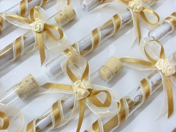 Arany szatén és vajszínű organza szalagokkal ill. 3 vajszínű kisvirággal díszített kémcsöves esküvői meghívó.