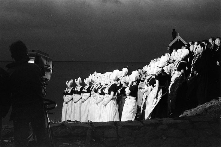 """VOLENDAM: WILLEM DUYS heeft vrijdagavond zijn """"Vuist"""" uitgezonden vanuit het visserdorp Volendam. Hier een moment tijdens de opnames van een Volendammer koor. 1968 #NoordHolland #Volendam"""