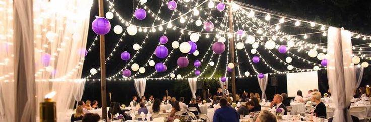 Purple and White paper lanterns for wedding decoration. Sfeervolle versiering met witte en paarse lampionnen. Met prikkabels met lichtjes maak je het helemaal af!  #lampion #lampionnen #feest #weddingplanning #wedding #trouwen #party #marriage #weddingideas #weddingdecor #horeca #styling #decoration #dinner Bruiloftsborden, hangende lantaarns, Fete de Mariage, Hochzeit dekoration