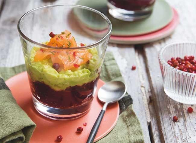 Une recette simple et savoureuse à servir en apéritif ou en entrée à base d'avocat, de betterave et de saumon.