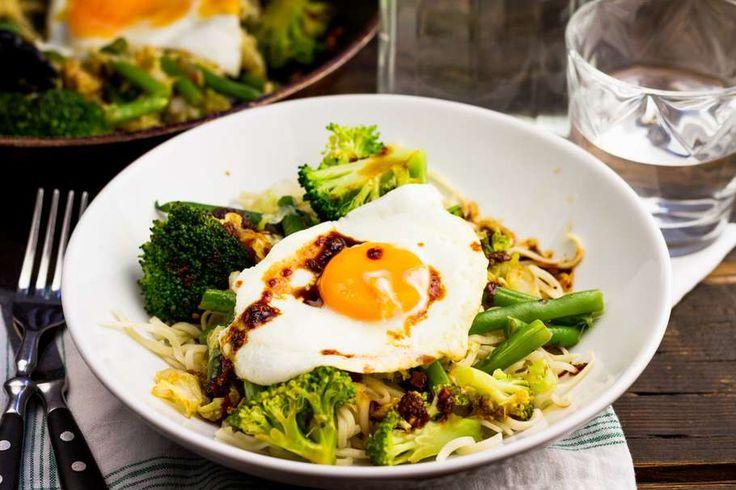 Pittige noodles voor 4 personen. Met olijfolie, gember, knoflook, ketjap manis, sambal, Chinese kool, broccoli, sperziebonen, ei, noodles en rode ui