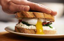 Sandwich con Uovo in camicia, Philadelphia e Spinaci