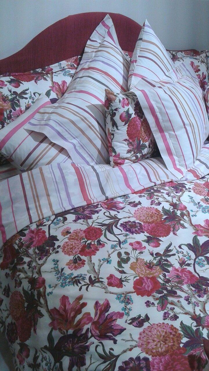 Set composto da sacco letto double face e cuscini in coordinato