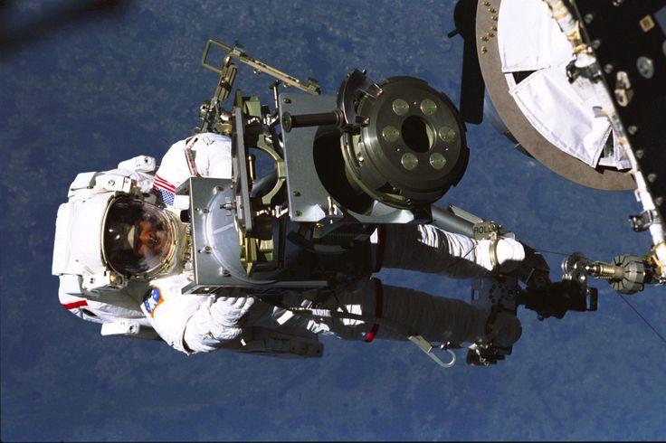 """humanoidhistory: """"30 Mayıs, 1999 - Astronot Tamara Jernigan bir Rus yapımı vinç parçası toting, 173 deniz mili Dünya üzerinde bir uzay yürüyüşü sürüyor Strela denilen Uzay Mekiği Discovery'nin uzak manipülatör sistemine bağlantılı iken.  (NASA) """""""