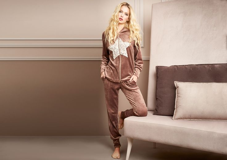 Pepita - Home & Sleepwear FW 2016/17 Shop by look: Tuta in ciniglia https://shop.pepitastyle.com/it/fall-winter-2016-17/418-tuta-aperta-in-ciniglia-e-ricamo-a-forma-di-stella.html